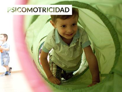 niño atravesando un tubo de tela verde