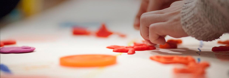Adolescentes -manos moldeando plastilina